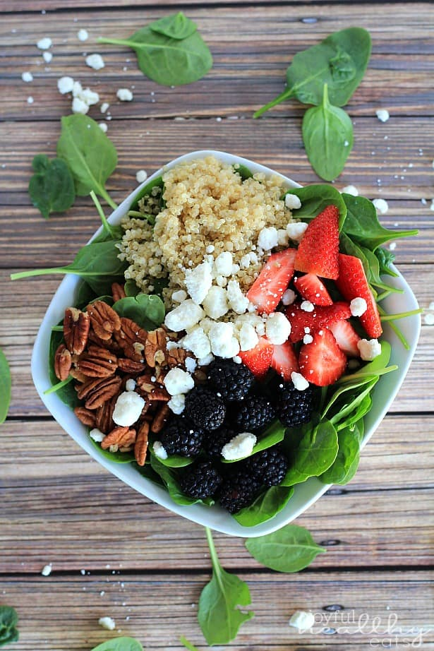 Detox Berry Quinoa Spinach Salad #quinoa #glutenfree #vegetarianrecipes #sidedishes #saladrecipes #summerbbq