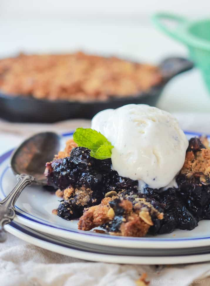 This warm Ginger Blueberry Crisp is calling your name this summer! A healthy dessert option made with fresh blueberries and topped with an oatmeal cinnamon pecan topping! | joyfulhealthyeats.com #recipes