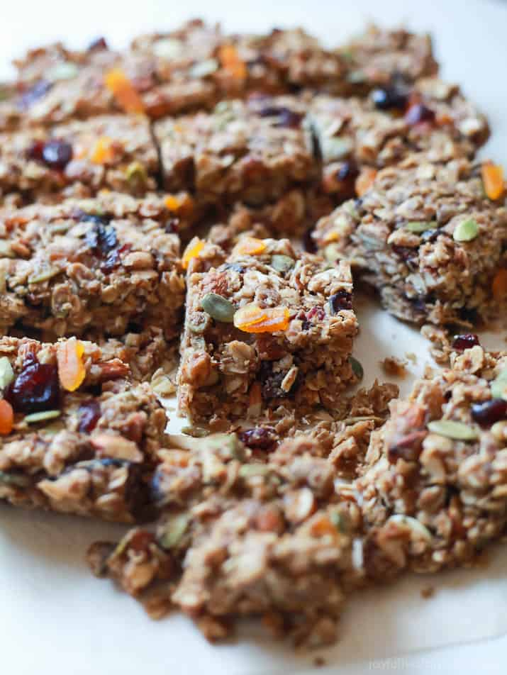 It's fall in a bar! Filled with maple syrup, pumpkin spice mix, pepitas, almonds and cranberries this No Bake Pumpkin Spice Granola Bar Recipe will make you leave the store bought granola bar days behind! |joyfulhealthyeats.com