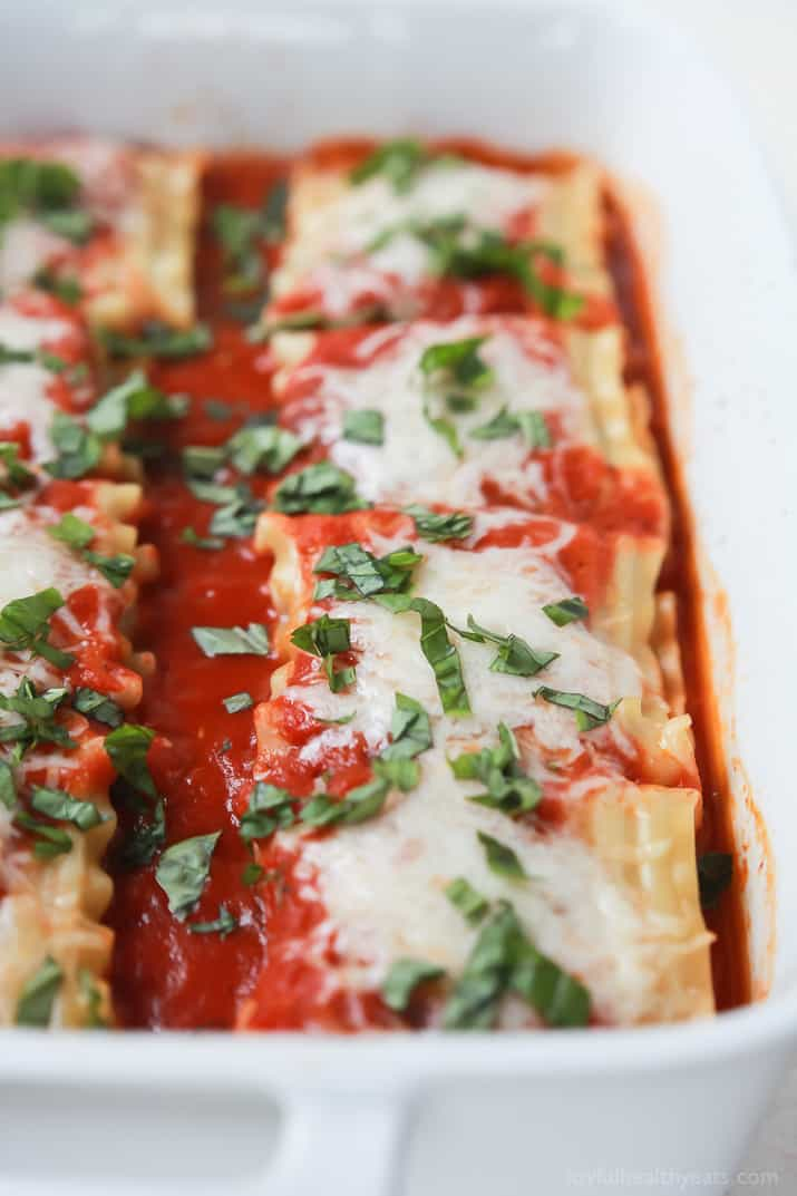 An easy vegetarian meal your family will love! Spinach Lasagna Rolls filled with delicious nutrient packed filling, topped with marinara sauce and light amounts of cheese for only 159 calories a serving! | joyfulhealthyeats.com #vegetarian