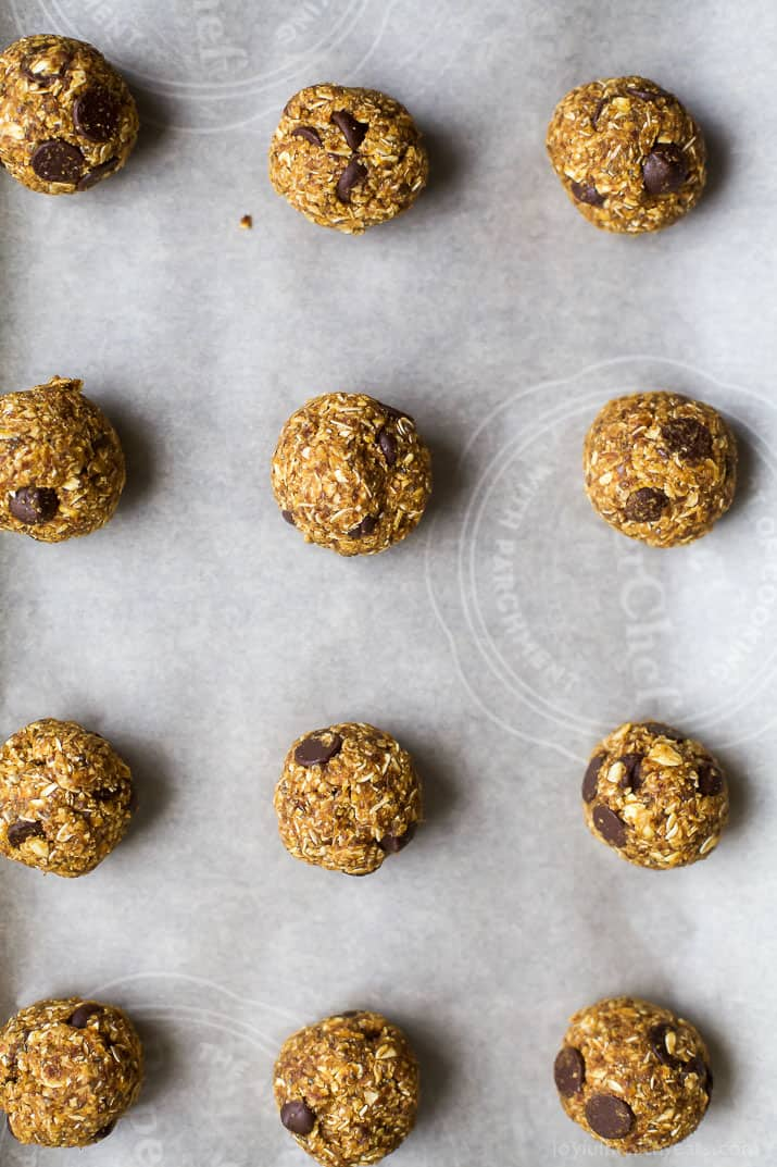 Kick up your energy during the day with these easy healthy Pumpkin Chocolate Chip Cookie Energy Bites! The perfect bite of pumpkin this fall and great for a midday snack! | joyfulhealthyeats.com