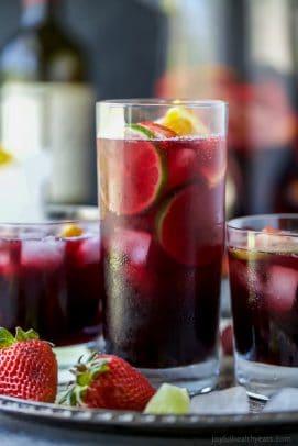 """Sangria d'été aux fraises garnie de fraises fraîches, de pêches et de tonnes d'agrumes! Cette sangria d'été servie sur de la glace est un cocktail léger et rafraîchissant que vous voudrez à votre prochaine fête! """"Width ="""" 271 """"height ="""" 406"""